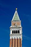 从下面关闭圣Marco的钟楼 免版税库存照片