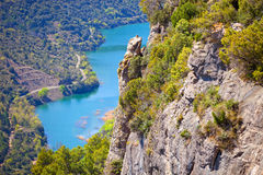 下面流动的峭壁和的河看法  图库摄影