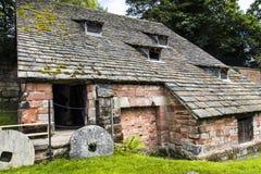 下面的Alderley磨房是16世纪watermill 免版税图库摄影