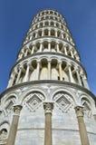从下面被看见的比萨斜塔 免版税库存图片