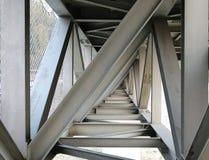 从下面被看见的钢板梁桥 库存图片