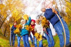 从下面观看孩子变化在秋天公园 库存图片
