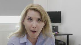 下颌投下了有宽张的嘴的办公室妇女在有充分的怀疑可怕的反应- 股票录像