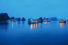 下龙市海湾在晚上 图库摄影
