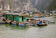 下龙市海湾的浮动村庄 图库摄影