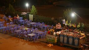 下龙市,越南- 2016年10月13日:在轮子的快餐在街道上在晚上市芽庄市 休息 股票录像