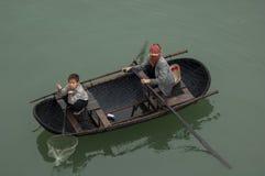 下龙市BAY/VIETNAM - 3月13日2007越南人妇女和孩子 图库摄影
