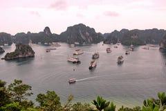 下龙湾在有很多海岛的越南日落时间的 图库摄影