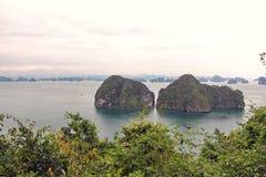 下龙湾在有很多海岛的越南日落时间的 免版税库存图片