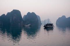 下龙湾小船在越南 库存图片