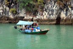 下龙湾居住船或渔船-越南亚洲 免版税库存照片