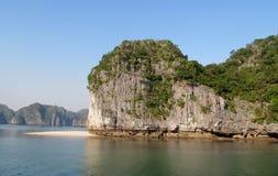 下龙湾岩石和海岛在猫Ba海岛,越南附近的 库存照片