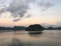 下龙湾日出 越南 东南亚 免版税库存照片