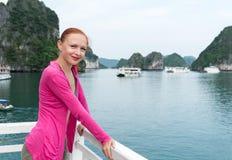 下龙湾的游人 免版税库存图片