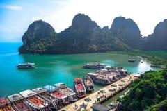 下龙湾石灰石石灰岩地区常见的地形围拢的码头在广宁省,东北越南 库存图片
