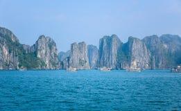 下龙湾美丽的景色,一个非常普遍的旅行目的地在广宁省,东北越南 免版税库存图片