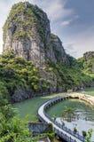 下龙湾,越南-大约2015年8月:游轮在Dau去海岛海湾,下龙湾,越南 免版税图库摄影