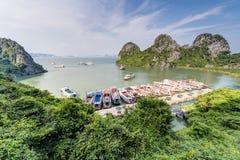 下龙湾,越南-大约2015年8月:游轮在Dau去海岛海湾,下龙湾,越南 免版税库存图片