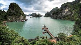 下龙湾,越南- 2015年12月02日:下龙湾看法,吊唱歌的醉鬼洞港口 石灰石海岛的看法在bac中 免版税库存图片