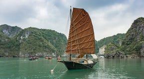 下龙湾,越南- 2015年12月02日:在下龙湾,越南的传统小船 科教文组织世界遗产站点 多数普遍的地方 免版税图库摄影