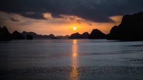下龙湾,越南- 2015年12月02日:在下龙湾,越南的日出 科教文组织世界遗产站点 多数普遍的地方在Vietna 免版税库存图片