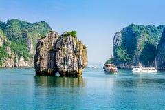 下龙湾,越南- 2014年9月24日-游人运输巡航在海湾里面 免版税库存照片