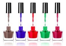 滴下从刷子的色的指甲油入瓶 免版税库存图片