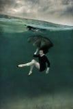 水下黑的礼服的女孩 库存照片