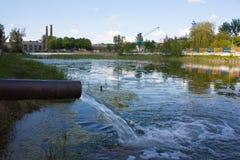 从下水道的污水污染湖,河 免版税库存图片