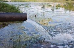 从下水道的污水污染湖,河 库存图片