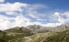 下7座山天空 免版税库存图片