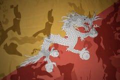 不丹的旗子卡其色的纹理的 装甲攻击机体关闭概念标志绿色m4a1军用步枪s射击了数据条工作室作战u 库存照片