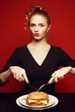 不健康吃 背景汉堡干酪鸡概念黄瓜深鱼食物油煎了旧货莴苣木三明治的蕃茄 吃夫人画象  免版税库存图片
