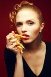 不健康吃 背景汉堡干酪鸡概念黄瓜深鱼食物油煎了旧货莴苣木三明治的蕃茄 女孩用油炸物 免版税库存图片
