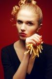 不健康吃 背景汉堡干酪鸡概念黄瓜深鱼食物油煎了旧货莴苣木三明治的蕃茄 女孩画象用油炸物 免版税图库摄影