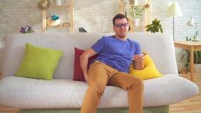 不健康的人感觉的难受痔疮痛苦坐长沙发 股票视频