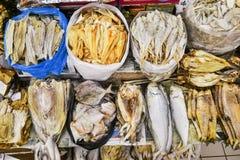 不健康的盐烘干了被保存的咸鱼海鲜在市场摊位 库存照片