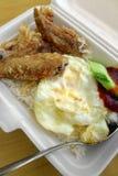 不健康的种族亚洲食物拿走 免版税库存图片