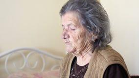 不健康的老妇人得到支持吃,由女儿的饲料 影视素材