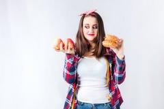 不健康的食物肥胖妇女概念、女孩XXL在健康之间和b 库存图片