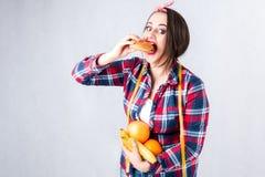 不健康的食物肥胖妇女概念,饥饿的女孩XXL吃坏食物, 免版税库存图片
