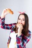 不健康的食物肥胖妇女概念,饥饿的女孩XXL吃坏食物, 免版税图库摄影