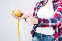 不健康的食物肥胖妇女概念,饥饿的女孩XXL对坏说不 免版税库存照片