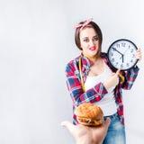 不健康的食物肥胖妇女概念,饥饿的女孩XXL对坏说不 库存照片