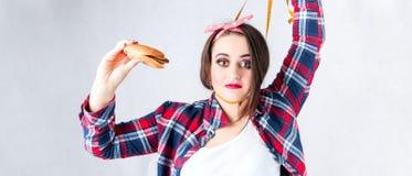 不健康的食物肥胖妇女概念,饥饿的女孩XXL愿望坏食物, 库存照片