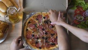 不允许的良心肥胖人在上床时间前吃油腻和多脂食物 影视素材