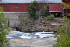 不再加强反对一条快速流动的河的使用的工厂 库存照片