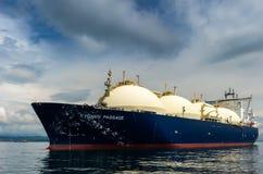 不冻港,俄罗斯- 2018年6月21日:液化天然气罐车在船锚的天鹅座段落在路 免版税库存照片