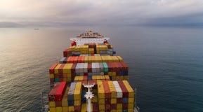 不冻港 俄罗斯- 2017年9月05日:在公司MSC的船的明亮的容器从上面 免版税库存照片