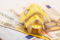 不动产企业概念 在欧元安置的玩具房子模型 库存照片